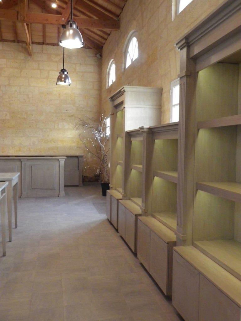 Patine de meubles dans une salle de dégustation de château à St Emilion